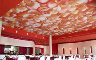 Чем поклеить потолок в комнате и квартире, как использовать паутинку, декоративные наклейки, особенности оклейки фризом, как сделать поверхность без швов, фото и видео примеры
