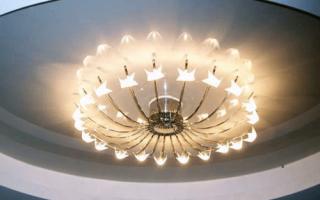 Люстры для натяжного потолка: как выбрать систему освещения
