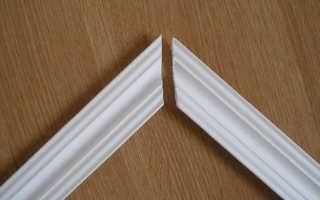 Как вырезать угол потолочного плинтуса: как правильно обрезать в углах, как резать, как сделать углы, как отрезать внешний и внутренний угол на потолок, как выпилить