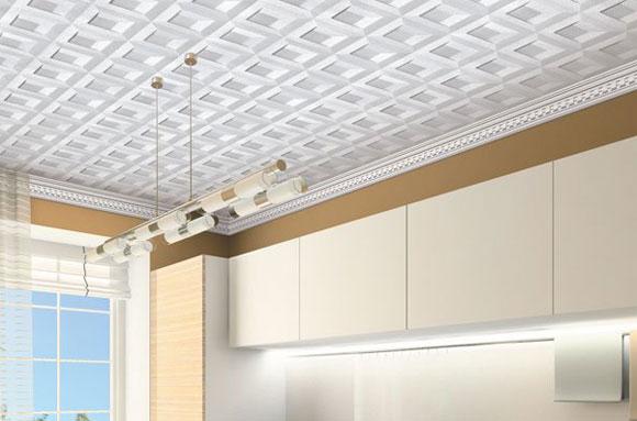 как клеить уголки на потолок