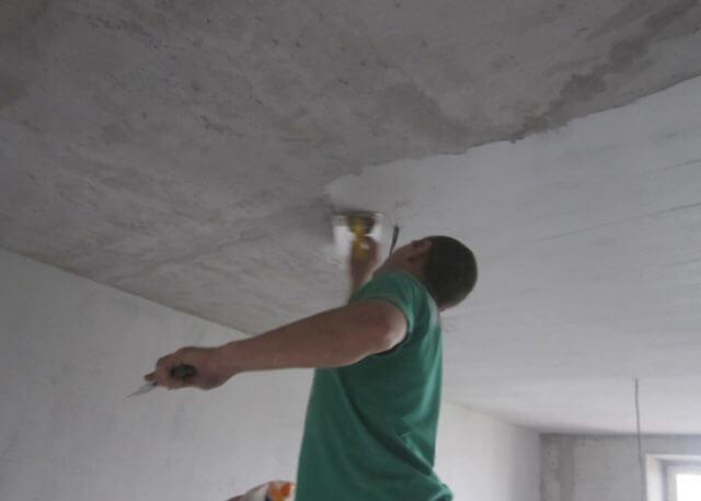 чем лучше шпаклевать потолок