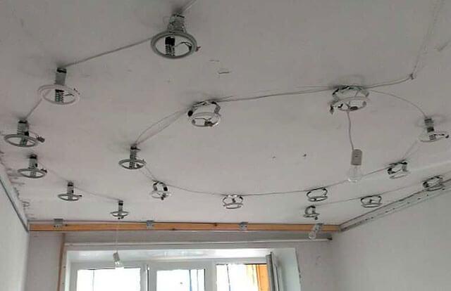как крепятся точечные светильники к натяжному потолку