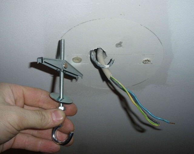 как повесить светильник на натяжной потолок
