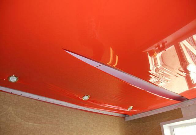 порвался натяжной потолок возле люстры что делать