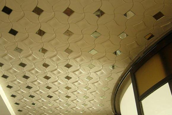 на потолке плитку покрасить
