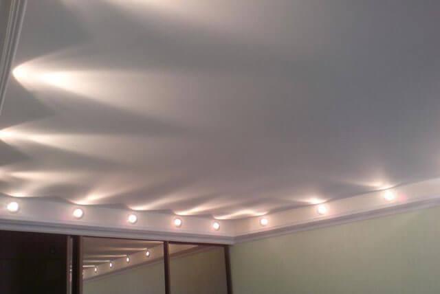 идеи освещения потолка
