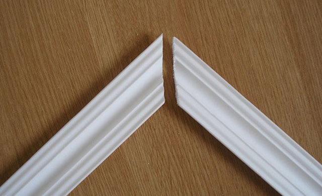 как обрезать потолочный плинтус в углах