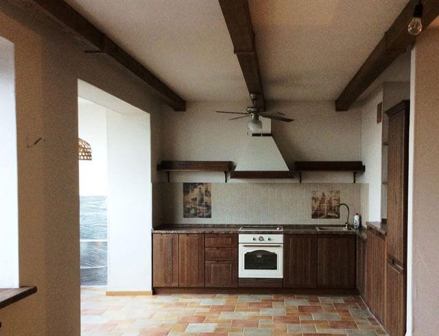 монтаж декоративных балок на потолок