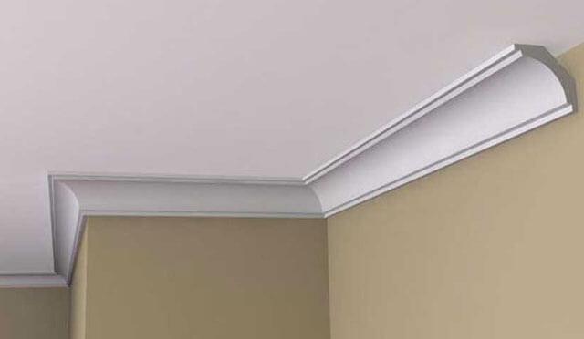 как клеить плинтуса на натяжной потолок