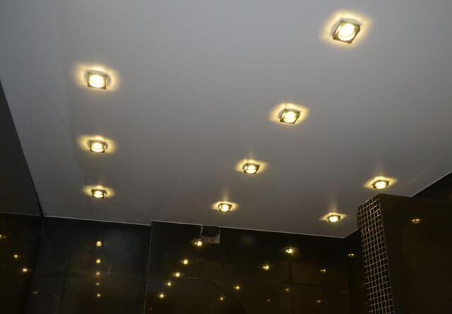 натяжной потолок варианты освещение