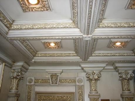 Кессонный потолок в помпезном интерьере