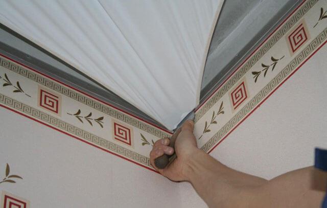 что первое обои или натяжной потолок