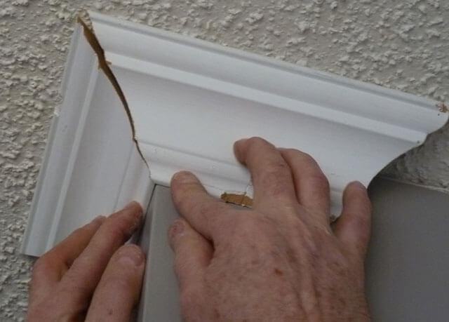 как резать широкие потолочные плинтуса
