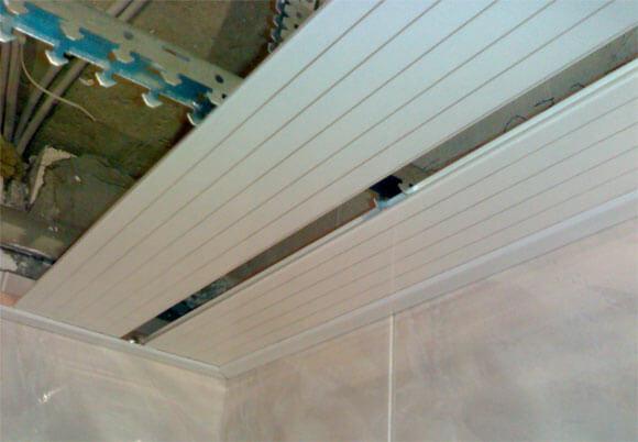 как смонтировать реечный подвесной потолок
