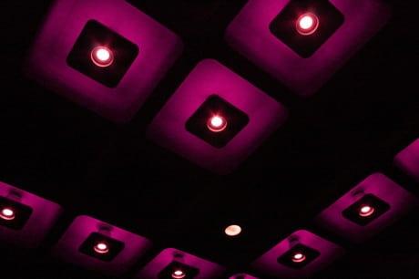 Темно-фиолетовый потолок