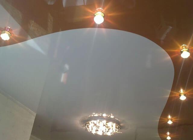 натяжной потолок двухцветный одноуровневый