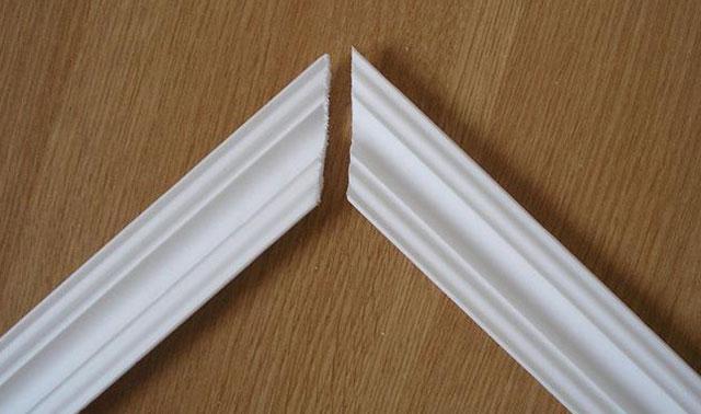 подгонка потолочных плинтусов в углах