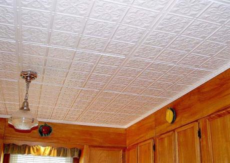Фактурный плиточный потолок