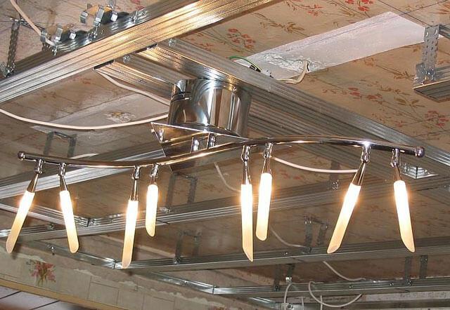 потолок из гипсокартона с люстрой