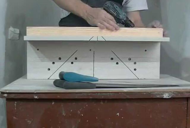 как обрезать плинтус в углу на потолок
