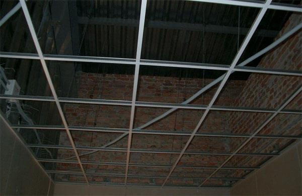 преимущества подвесных зеркальных потолков