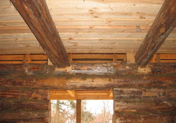 потолок в старом деревянном доме