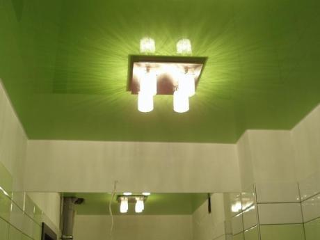 Нежный зеленый потолок