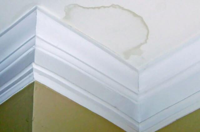 как закрасить желтые пятна на потолке