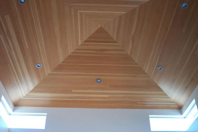 ламинат на потолок в деревянном доме