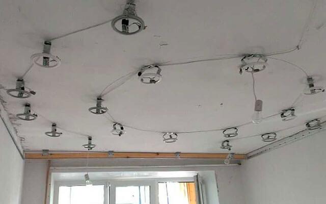 светильник в подвесных потолках на закладных деталях