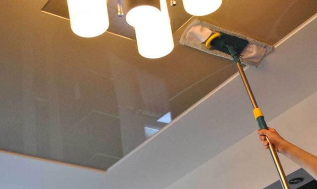 как отмыть натяжной потолок от копоти