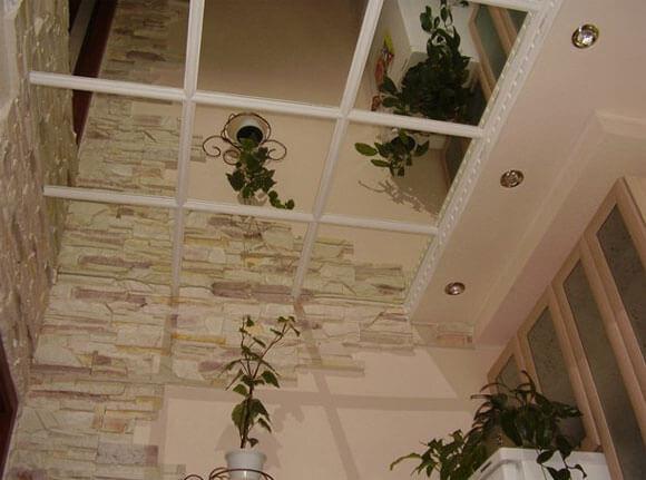 зеркальные потолки в комнате