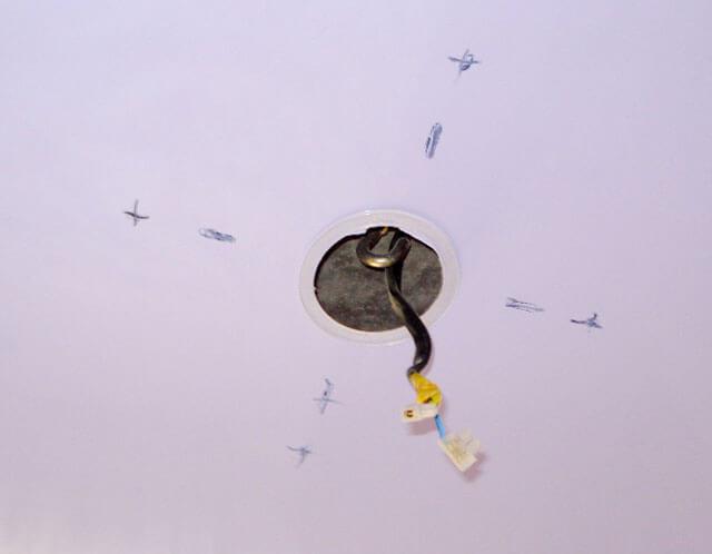 повесить люстру на натяжной потолок без крюка