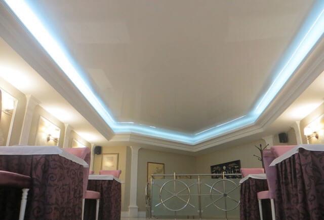 натяжной потолок с нишей для подсветки