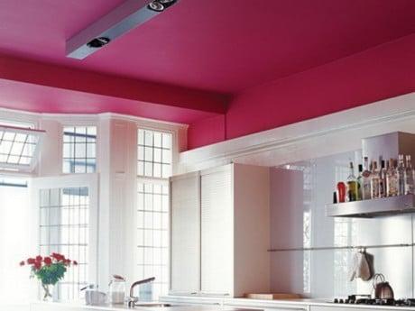 Потолок насыщенного цвета