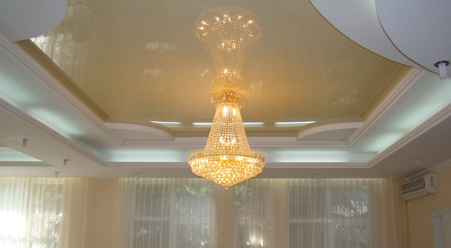 как прикрепить люстру на натяжной потолок