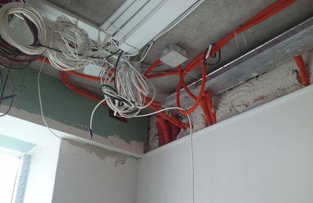 как скрыть проводку на потолке