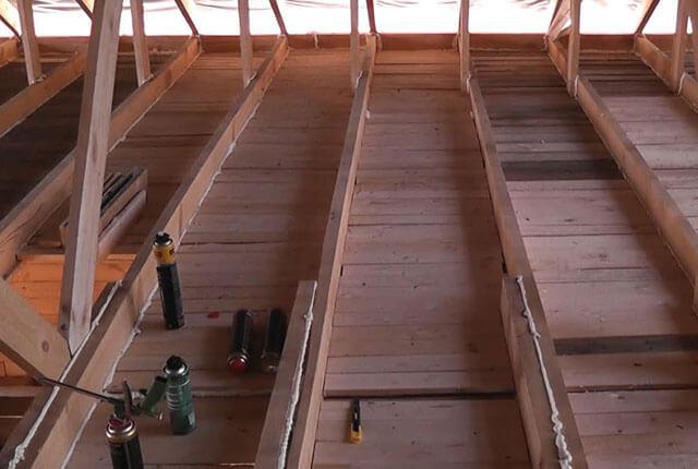 подшивка потолка фанерой по балкам