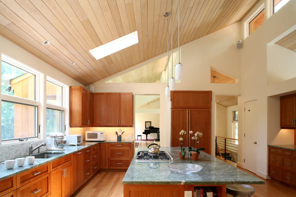 Деревянная вагонка на потолке кухни