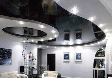черно-белый потолок с подсветкой
