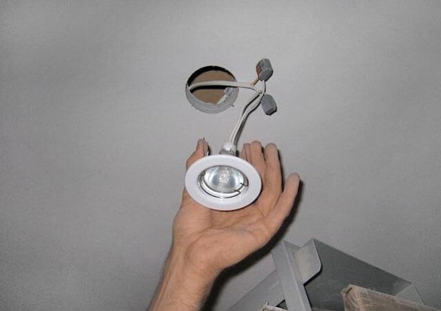 как поменять лампу в подвесном потолке