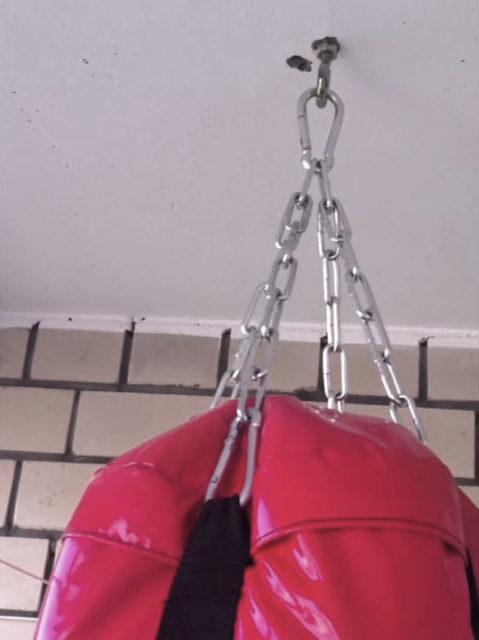 Боксерский мешок на анкерном крюке