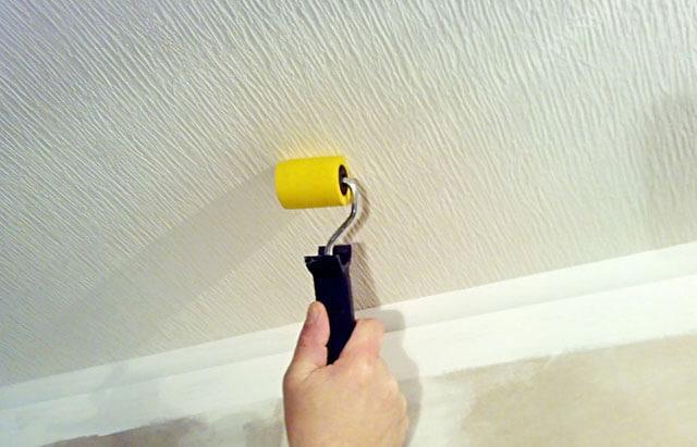 чем лучше поклеить потолок