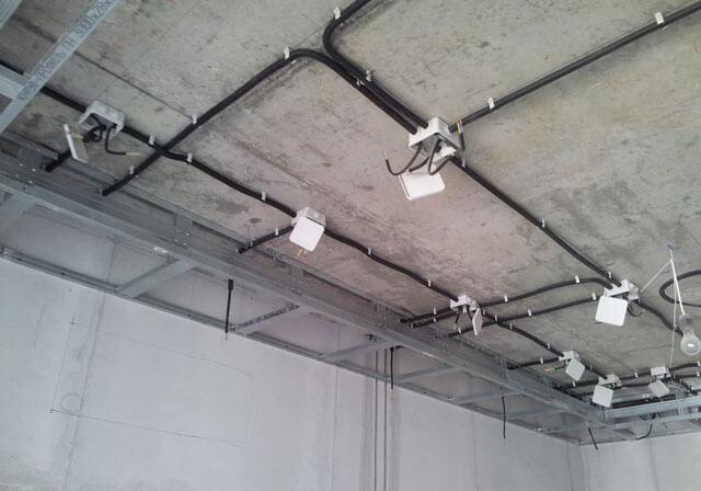 прокладка кабеля по потолку