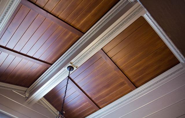 потолок с деревянными рейками
