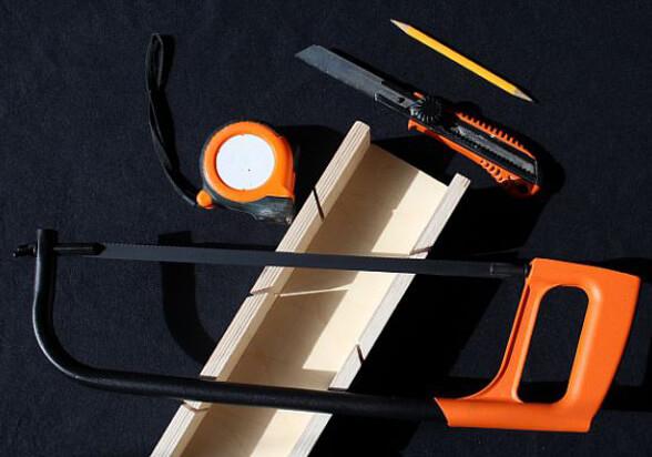 как срезать угол потолочного плинтуса
