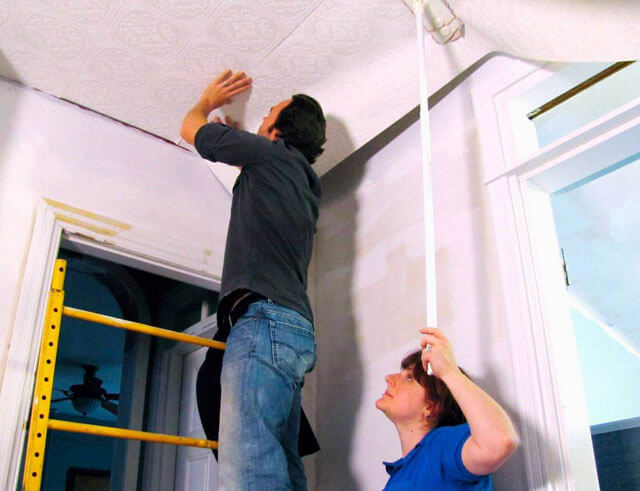 поклейка обоев на потолке своими руками
