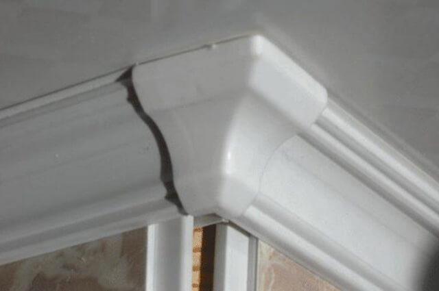 как правильно срезать потолочный плинтус на углах