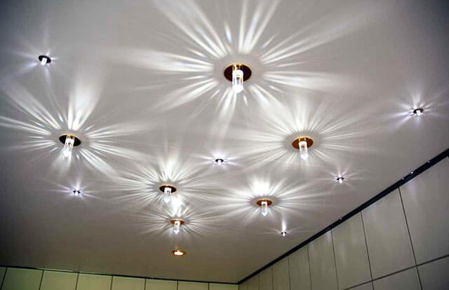 натяжной потолок со спотами