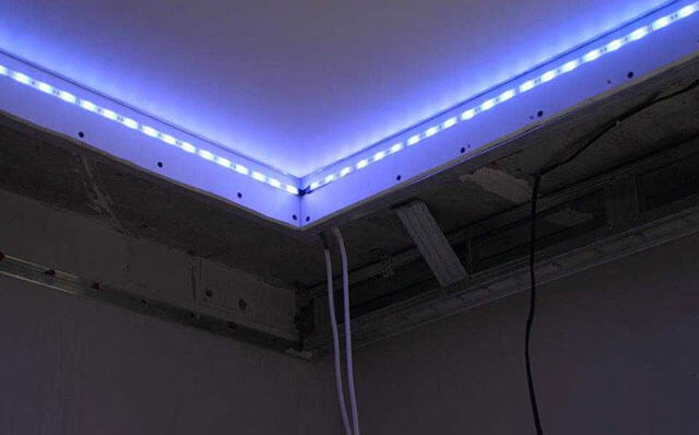 потолок с подсветкой по периметру под плинтусом